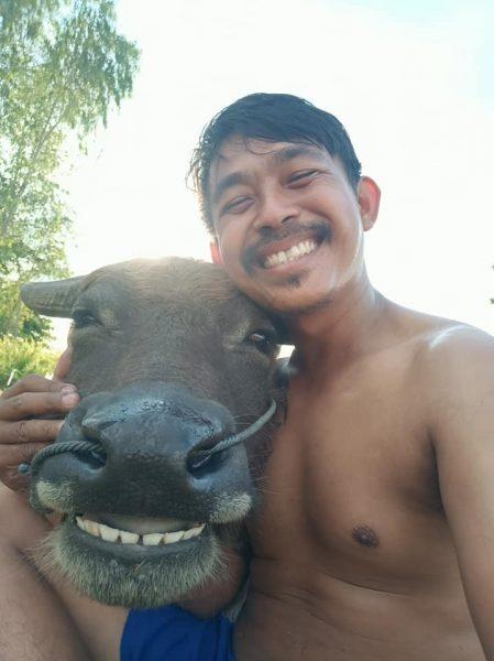 これぞ【微笑みの国】自撮りをしたタイの水牛と農家の笑顔が素敵すぎる!!